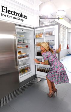 Kelly Ripa, Electrolux brand ambassador takes a peek into the Electrolux All-Refrigerator. Learn more at http://www.electroluxappliances.com/kitchen-appliances/refrigeration/all-refrigerator #ElectroluxEntertaining