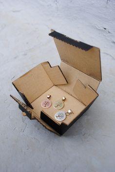 Pendenti in rame, ottone e argento traforati a mano con Albero della vita. Diametro 1 cm.