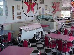 Retro diner, love the vintage car booth! 1950s Diner, Vintage Diner, Retro Diner, Vintage Restaurant, Restaurant Themes, Cafeteria Retro, Diner Decor, 50s Decor, Car Furniture