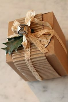 Even if plain brown paper is used to wrap a gift, it can still look amazing! Add a strip of corrugated cardboard, & some lacy sewing trim with an embellishment or two (holly, bells, mini ornaments etc). Creative Gift Wrapping, Present Wrapping, Creative Gifts, Wrapping Ideas, Wrapping Papers, Christmas Gift Wrapping, Christmas Crafts, Christmas Boxes, Christmas Decorations