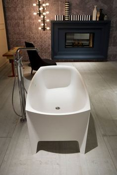 Vrijstaand bad van Mario Ferrarini. Voor meer badkamer inspiratie kijk ook eens op http://www.wonenonline.nl/badkamers/