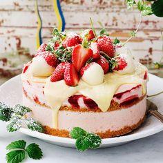 Frusen cheesecake med jordgubbar & vit choklad   Mitt kök Bagan, Pudding Desserts, Dessert Recipes, Sweet Desserts, Delicious Desserts, Cheesecake Decoration, Swedish Recipes, Valentines Food, Piece Of Cakes