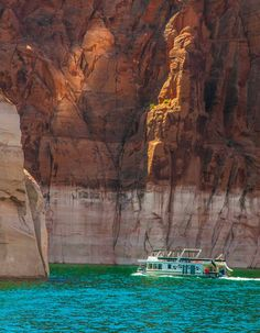 Reasons Celebrities Love Vacations at Lake Powell Tips for exploring beautiful Lake Powell in Page, Arizona South Dakota, South Carolina, Arches Nationalpark, Yellowstone Nationalpark, Mammoth Cave, Oh The Places You'll Go, Places To Travel, Places To Visit, North Cascades