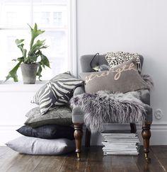 tyynyt,tyyny,ellos,kevät sisustus olohuone,tyynynpäällinen,tyynynpäälliset,koristetyynyt,koristetyyny,lampaantalja,nojatuoli,nojatuolit,eteinen,makuuhuone,olohuone,kesä,kesäsisustus