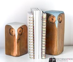 Make these simple and cute wood owls using a couple of bits of scrap wood and some leftover paint/stain. Scrap Wood Crafts, Diy Wooden Projects, Wood Shop Projects, Reclaimed Wood Projects, Pallet Projects, Art Projects, Diy Wood Books, Diy Wood Stain, Wooden Bookends