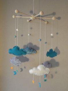 """Sur commande, Mobile """"Mes beaux nuages"""" avec étoiles et lunes, couleurs bleu turquoise, gris et blanc : Chambre d'enfant, de bébé par floriane-s"""