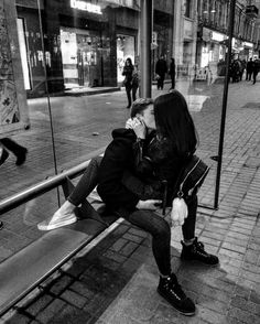 cute love couple kiss on the public chair, find more Love Photos on LoveIMGs. LoveIMGs is a free Images Pinboard for people to share love images. Emo Couples, Cute Couples Goals, Romantic Couples, Cute Couples Kissing, Couple Kissing, Romantic Photos, Romantic Gifts, Couple Tumblr, Tumblr Couples