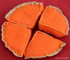 Easy DIY pumpkin pie felt food, with a free pattern to download. All you need are scissors, felt, stuffing, and needle and thread!