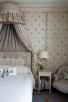 """Балдахин над кроватью неизменно ассоциируется с """"красивой жизнью""""! С его помощью можно превратить стандартную спальню в роскошную опочивальню, а комнатку дочери - в покои принцессы. Портьерный салон Еврокаскад Ул. Ахтямова 19 (843)293-33-14"""
