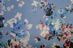 Stof voor Scarlet short LMV. Blauwe stof met witte en roze bloemen, ca 140-145 cm breed, leuk voor jurk, broek, bestel eenvoudig online! - Bas Bastiaans