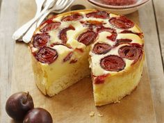 Käsekuchen oder Zwetschgenkuchen? Geht doch beides! | Zeit: 45 Min. | http://eatsmarter.de/rezepte/zwetschgen-kaesekuchen-1