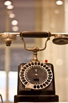 Technikmuseum 17    Nachrichtentechnik,  frühes Telefon, nur für interne Gespräche, daher nur Direktwahl