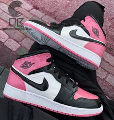 Custom Jordan 1 Pink et Noir Custom Trainers Custom Jordan Custom Jordan Shoes, Jordan Shoes For Women, Custom Jordans, Air Jordan Shoes, Best Jordan Shoes, Nike Custom, Jordan 11, Jordan Retro, Jordan 1 Black