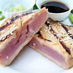 Thunfisch mit Sesamkruste und Soja-Dip - Thunfisch wird mit Sesam überzogen und scharf angebraten. Bei diesem japanisch inspirierten Gericht wird der Fisch nur kurz gebraten, er ist also innen noch roh. Deshalb ist es wichtig, darauf zu achten, dass er sehr frisch und von guter Qualität ist!@ de.allrecipes.com