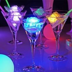 Drinks with neon ice cubes and glow sticks FOOD! Glow Party, Disco Party, Neon Birthday, Birthday Parties, 16th Birthday, Neon Sweet 16, Led Ice Cubes, Neon Glow, Party Decoration