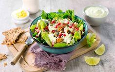 Med utgangspunkt i ferdiggrillet kylling er denne deilige middagen på bordet i en fei. Med næringsrik quinoa blir du god og mett.
