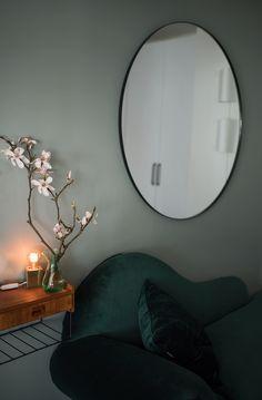 När magnolian är på väg att blomma ut, den gröna sammetsbädden står bredvid, den runda spegeln på plats och den perfekta gröna färgen finns på väggen - älskar små saker i tillvaron!