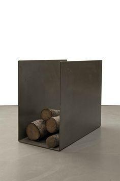 Porte bûches en acier design Plus Firewood Stand, Firewood Storage, Fireplace Tools, Home Fireplace, Fireplaces, Range Buche, Fire Pit Grill, Beton Design, Welding Tips