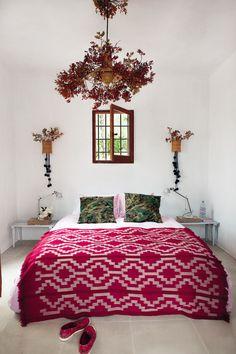 chambre blanche et détails colorés, jeté de lit, taie d'oreiller / white walls, simple details