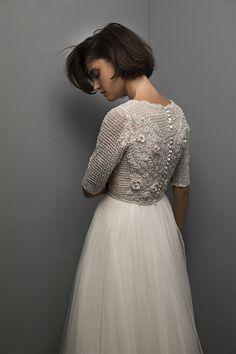 """Los de la diseñadora israelí Chana Marelus son vestidos que ella denomina """"recatados"""" (modest, en inglés), por aquello de que cubren brazos y piernas y los escotes son más bien subidos. Más allá de connotaciones culturales o religiosas en las que ni entro ni salgo (soy mucho yo del libre albedrío de cada cuál),sus vestidos, …"""