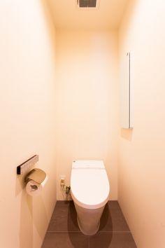 トイレを出るとすぐに洗面台があるので、トイレ内に手洗いスペースがなくてもOK!#トイレ #インテリア #EcoDeco #エコデコ #リノベーション #renovation #東京 #福岡 #福岡リノベーション #福岡設計事務所 Toilet, Flush Toilet, Toilets, Toilet Room, Bathrooms