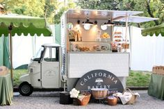 Bakery Truck //Dude, this just makes me want to bake all the things and then sell them in tiny food truck form. Food Trucks, Mobile Cafe, Mobile Shop, Design Japonais, Food Vans, Coffee Truck, Coffee Carts, Coffee Shops, Cafe Shop