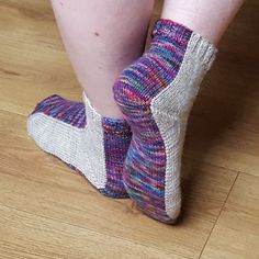 These socks are knitted from the cuff down with a shadow wrap heel and ergonomically shaped toes. For the color effect intarsia in the round is used. The pattern is written for Magic Loop Method - but it can be done with dpns as well. ... knitting tutorial, free knitting pattern, knit, free online knitting pattern, knitting patterns, knitting design, knit design, Strickmuster, Strickanleitung, Gratisanleitung stricken, Gratisstrickanleitung, Tricot, Tricoter, Modèle Tricot, 編み物‬, 編み物, ニット...