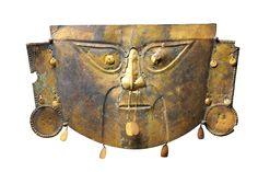 Maschera, Cultura Chimù-Lambayeque, 1300 d.C. Maschera funebre in rame ricoperto da lamina d'oro. Altezza 26 cm. Venezia, Collezione Ligabue.