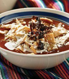 Aprende a preparar este exquisito platillo de Michoacán. Ingredientes: 1 taza de agua 3 jitomates sin cáscara 1 diente de ajo 2 chiles anchos sin venas y remojados en agua caliente 2 tortillas 1 cucharada de aceite 5 tazas de caldo de pollo 1 rama de epazote 1 cucharadita de orégano