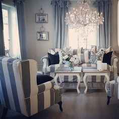 Fredag  Vi ønsker dere alle en flott helg  Møbler og dekor fra @classicliving   #classicliving #kenyasofa #parissalongbord #pricillialysekronelarge #magnolia #arthurgardin #fioripute #salongbord #interiør #interior4all #sofa #coffetable #drivved #interiorforyou #interior  #furniture #homeandliving #decor #interørinspirasjon #interiorandhome #passionforinterior #interiorstyling #homedecoration