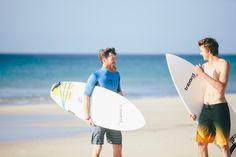 A veces para hacer #surf son tan importantes las olas, como los amigos para compartirlas. #ModoVerano #Decathlon #tribord
