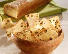 Sara Papa prepara un pane molto particolare che puo' essere utilizzato anche come stuzzichino: le trasparenze al pistacchio.Sono sfoglie sottili come patatine fitte