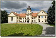 Historia pałacu Tarnowskich w Tarnobrzegu Dzikowie sięga XV w.  W 1830 roku Pałac został przebudowany na rezydencję – muzeum w stylu neogotyku, według projektu architekta Franciszka Marii Lanciego. W 1927 r. poważnie uszkodził go pożar. Odbudowany w 1931 r. w stylu neobarokowym. Do roku 2007 mieściło się tutaj Technikum Rolnicze. W 2011 roku zakończył się gruntowny remont pałacu, przystosowujący go do funkcji muzealnej. Poland, To Go, Castle, Europe, Manor Houses, Mansions, House Styles, Medieval, Mario