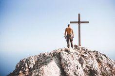 Thibaut Octave | Découverte du mont Athos au Leica M240 et M246 (2/4)   Quelques heures après avoir quitté le skite de Sainte Anne et sa relique nous arrivons à la chapelle de Panagia située à 1500 mètres. Là un peu terrassé par la fatigue et les douleurs aux jambes je mallonge un moment sur lun des bancs de pierre. Je viens de vivre lexpérience physique la plus difficile que jai eue à exercer. À larrivée à la chapelle je vois la grande croix de bois qui trône sur un rocher. Cela impose un…