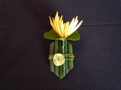 chrysanthemum boutonniere  http://aseaofbloom.com/tag/boutonnieres