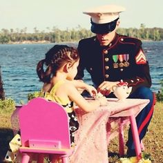 This cute picture shows a military dad playing tea party with his daughter. It shows that dads can play tea party and spend just as much quality time with their kids as the mothers. Military Love, Military Families, Military Couples, Thing 1, Faith In Humanity, Photos Of The Week, Happy Fathers Day, Happy Mothers, Usmc