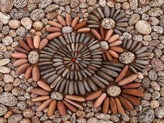 Pebble Mosaic for shower? Mosaic Rocks, Mosaic Stepping Stones, Pebble Mosaic, Mosaic Diy, Mosaic Crafts, Pebble Art, Pebble Stone, Stone Art, Land Art