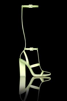 Les sandales phosphorescentes dAlexander Wang http://www.vogue.fr/mode/news-mode/diaporama/les-sandales-phosphorescentes-d-alexander-wang/12720