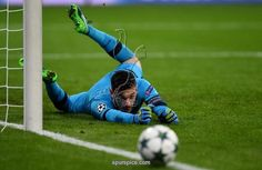 TottenhamA´s French goalkeeper Hugo Lloris vies for the ball during the Champions League group E football match between Bayer Leverkusen and Tottenham Hotspur in Leverkusen, western Germany, on October 18, 2016 / AFP / PATRIK STOLLARZ (Photo