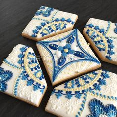 Royal blue  gold. I made this last year remade it into cookie puzzle. Will teach in Taiwan in April.  昨年作ったロイヤルブルーゴールドクッキーパズルバージョンに 4月台湾でレッスンします by rh.bake