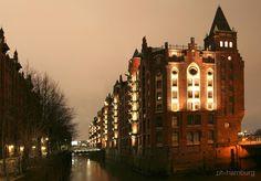 Traumhaft romantisch, oder nicht? Die historische #Hafencity bei Nacht   