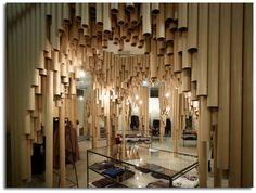 Boutique japonesa decorada con tubos de cartón reciclados. Arquitectura ecológica.