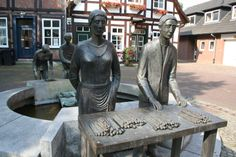 """Spargelbrunnen - Der von dem hannoverschen Bildhauer Helge Michael Breig geschaffenen und 1998 eingeweihten Brunnen symbolisiert den Ruf der Stadt Nienburg als führende Spargelstadt. Der """"Nienburger Spargel"""" ist eine überregional bekannte Spezialität."""