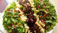 Σαλάτα γιορτινή με μήλο, ρόδι, καρύδια. Περιχύνουμε με μια ξεχωριστή βινεγκρέτ!