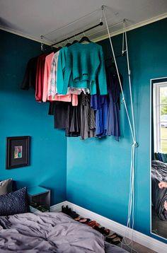 Eine Kleiderstange unter der Decke? Lässt sich problemlos mit RÄCKA Gardinenstange in Schwarz und einem Flaschenzug gestalten. So ist deine Kleidung außerhalb der An- und Auskleidezeiten einfach aus dem Weg.