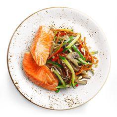 Стейк из лосося с овощами, кунжутом и соусом «Каниши» (ароматный кисло-соленый соевый соус с рисовым уксусом).