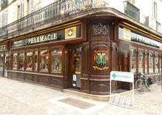 Une pharmacie à visiter dans les rues piétonnes vers la place des halles et la rue Musette. LA CROIX BLANCHE.