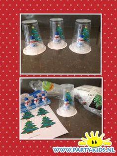 Beschrijving: Zet het plastic bekertjes omgekeerd op het karton en trek met stift het rondje over op karton. Knip het rondje karton wat groter uit. Leg de nepsneeuw op het karton. Plak met dubbelzijdig plakband (of maak een rolletje van gewoon stukje plakband) de sneeuwpop op het karton. Kerstboompje van papier printen en uitknippen en met plakband aan de binnenkant van het omgekeerde bekertje plakken. Doe lijm aan de rand van het bekertje en plak hem op het karton. Bron: Lenny