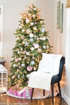 Pink Christmas Tree Decor - Pink is the new red this holiday season! I love how elegant and chic this looks! Must pin!