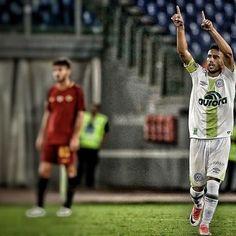 """""""#Alan Ruschel, uno dei tre calciatori sopravvissuti al disastro aereo che si è portato via la Chapecoense, stasera, nell'amichevole contro la Roma, è tornato a segnare, per la prima volta da quella terribile notte.  Un gol festeggiato da tutto l'Olimpico, un gol che vale più di tutti quelli mai segnati nella storia della Chape...# #instafootball #chacopaense #💚 #roma #goal #instagram #instalike #emozioni #photooftheday #instamoment #sport #calcio"""" by @dema_ant. #capture #pictures #pic…"""